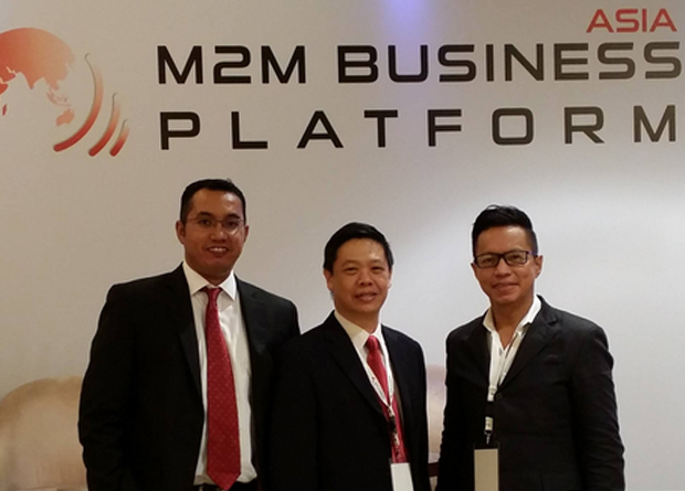 Globe VP and Head of IT-Enabled Services Group Rey Lugtu (right), with Asia M2M Business Platform Project Director Zaf Coehlo and Bridge Alliance Senior Consultant David Lee