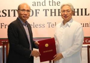 Smart Communications, Inc. (Smart) and the University of the Philippines have recently signed a Memorandum of Agreement that will further advance the national university's bid to become globally competitive. Under the agreement that was signed by UP president Alfredo E. Pascual (right) and Smart chief wireless advisor Orlando B. Vea (left), Smart will provide free wireless connectivity to the UP community to promote digital inclusion.