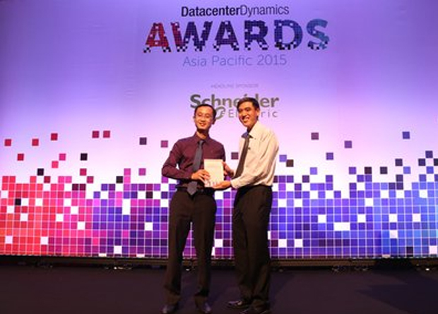 Mark Chen (left), Head of Data Center Solutions Dept., Huawei, receives awards from Lee Seng Wee, Managing Partner of i3 Solutions Group