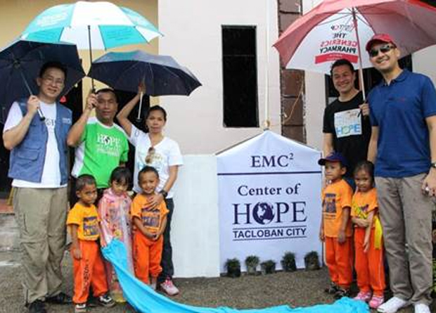 (From left) Charles Ham, Global Disaster coordinator of HOPE worldwide Headquarters; Jun Velasco, HOPE worldwide Philippines, executive director; Mary Ann Viloria, EMC Philippines marketing manager; Ronnie Latinazo, EMC Philippines country manager; Dennis Lumbao, EMC Philippines segment manager; with youth beneficiaries.